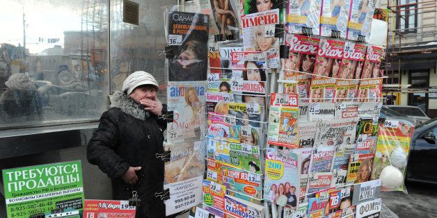 A Russian vendor sells newspapers and magazines in central Moscow on March 3, 2010.  AFP PHOTO / NATALIA KOLESNIKOVA (Photo c