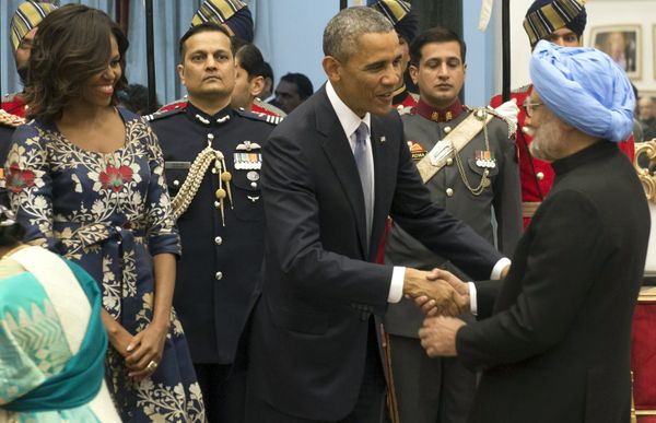 US President Barack Obama and First Lady Michelle Obama greet former Indian Prime Minister Manmoham Singh (R) during a receiv