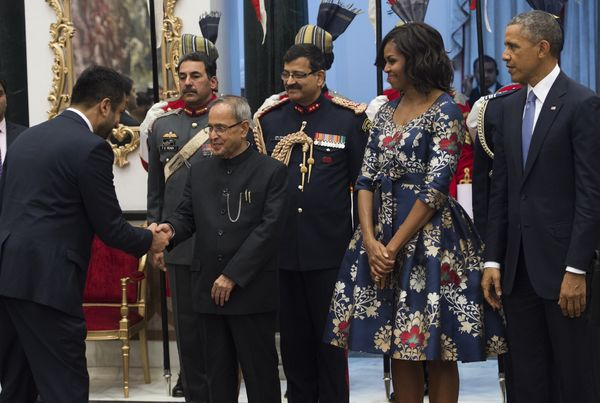 Indian President Pranab Mukherjee (2nd L) greets actor Kal Penn (L) alongside US President Barack Obama (R) and First Lady Mi