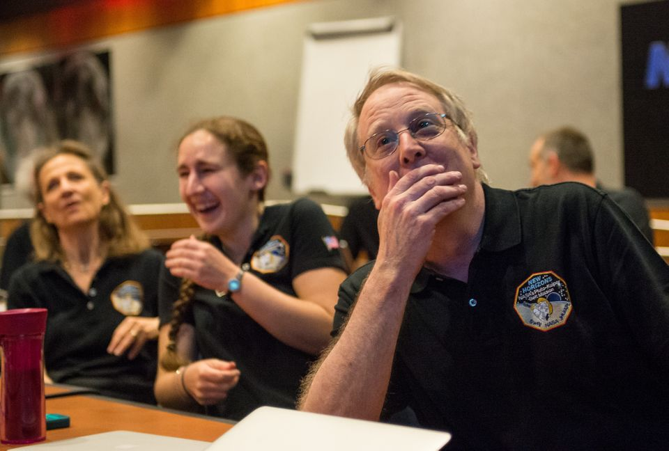 Les techniciens et scientifiques de la NASA attendent des nouvelles de la sonde spatiale New Horizons, le 14 juillet 2015 à L