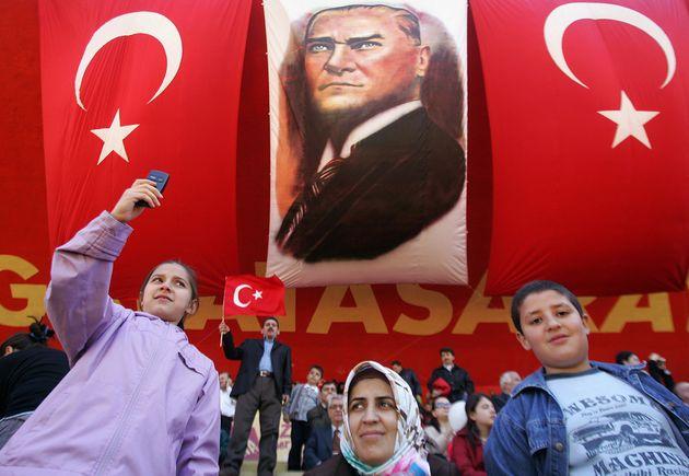 Γιατί ξαφνικά χιλιάδες Τούρκοι σε όλη τη χώρα τρέχουν να αλλάξουν το επώνυμό τους μέχρι το τέλος του