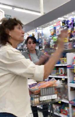 USA: Frau beschimpft Kunden, weil sie kein Englisch sprechen - dann mischt sich eine Fremde