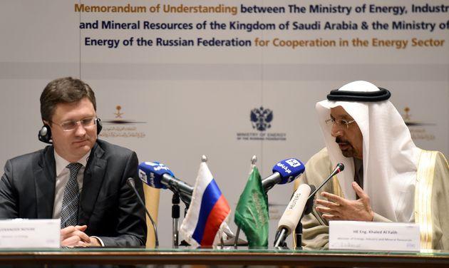 Le ministre saoudien de l'Energie Khalid Al Falih et son homologue russe Alexander Novak lors d'une réunion...