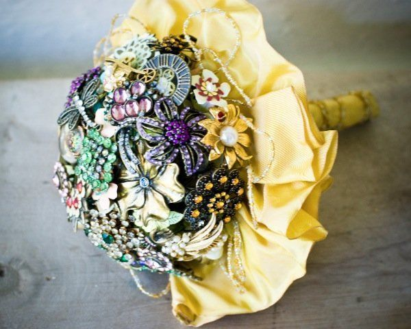Glam moms will love this bundle of brooches, and making it doesn't have to break the bank! Collect vintage pins from eBay, th