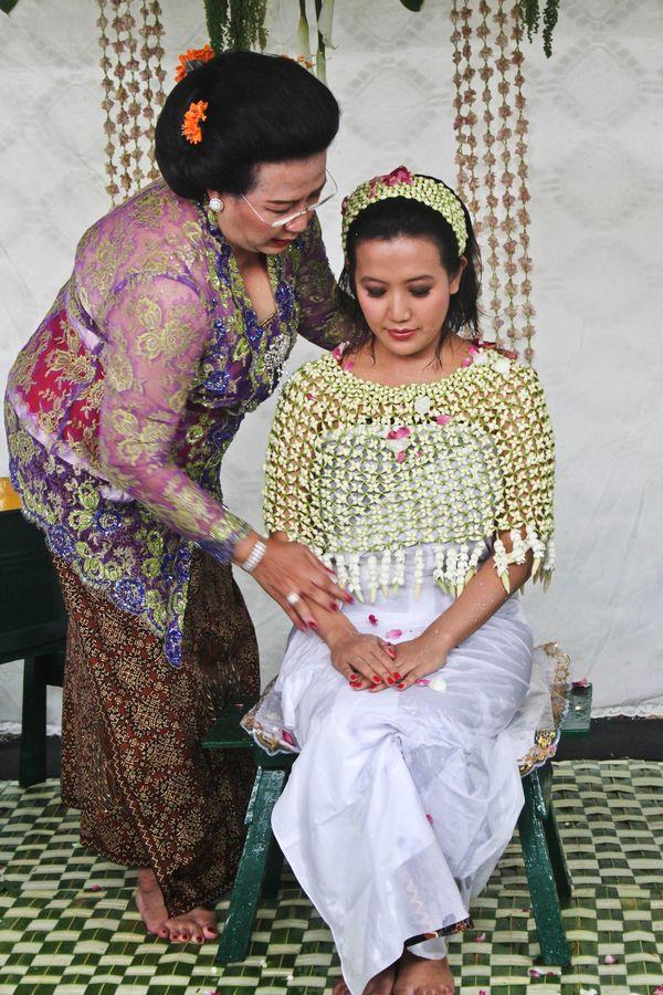 Gusti Ratu Kanjeng Hayu, is bathed by her mother Gusti Kanjeng Ratu Hemas, during a Royal Wedding on October 21, 2013 in Yogy