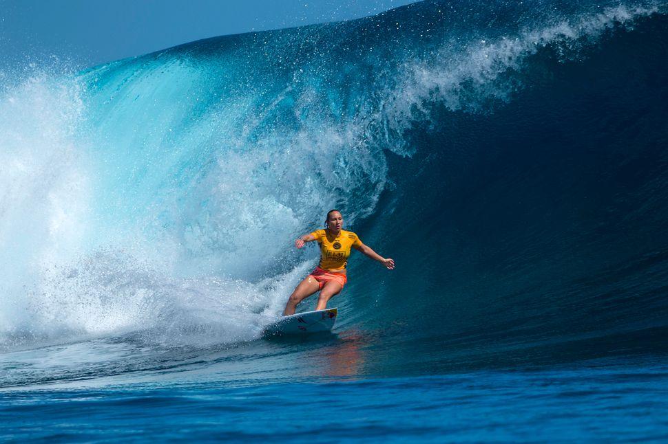 Carissa Moore surfed well but fellow Hawaiian Tatiana Weston-Webb dominated the Round 3 heat and Moore goes into Round 4.