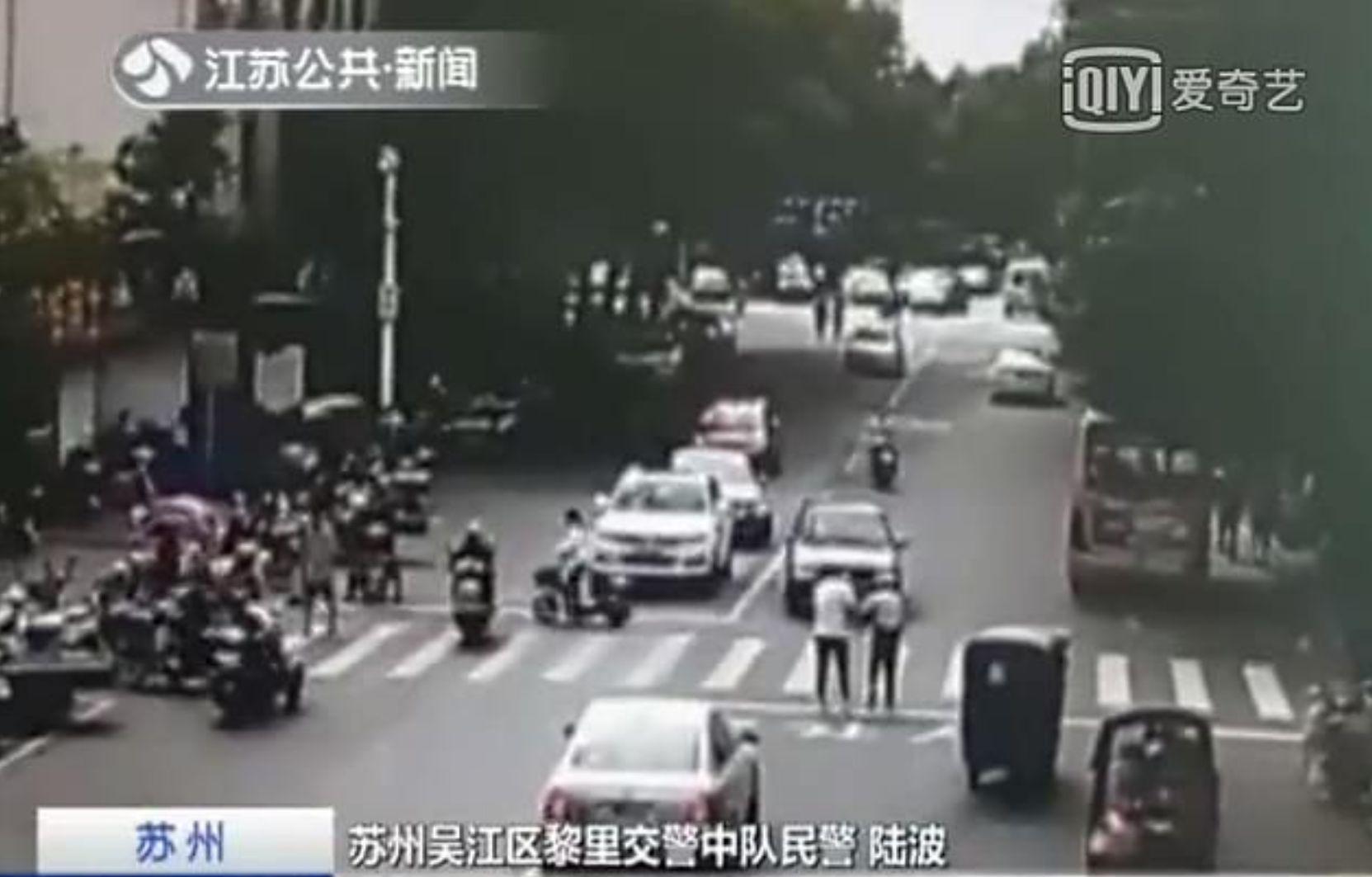 Rentner blockiert die Straße – dann lässt ein Autofahrer seine Muskeln