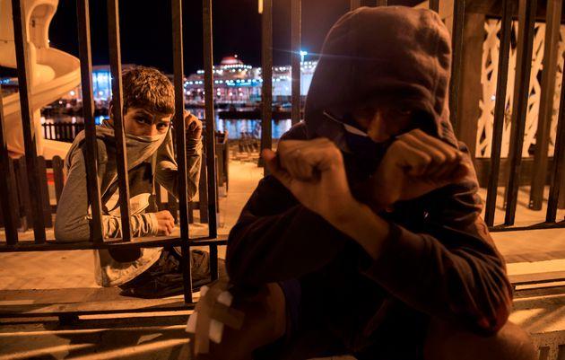 Des jeunes Marocains sans papiers sur le port de l'enclave espagnole de Melilla, le 19 septembre