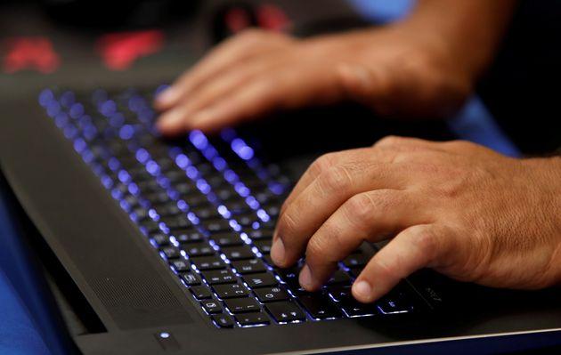Bloomberg: Κινέζοι χάκερ παραβίασαν Apple και Amazon μέσω «κατασκοπευτικών» τσιπ. Τι απαντούν οι