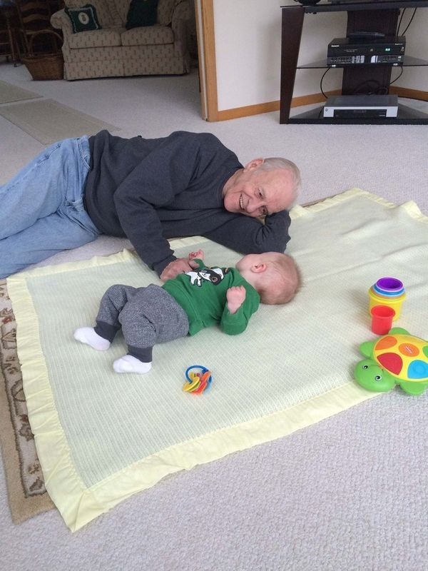 Bill Johnson, 80, and his great-grandson, Arny Larson, de 9 months.