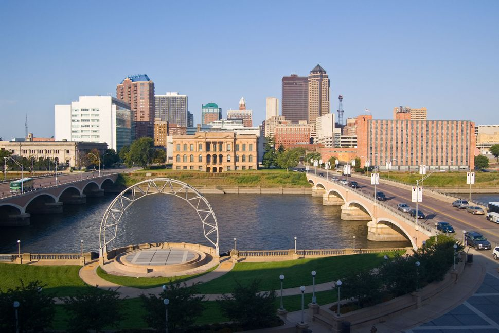 With about 207,000 people Des Moines boasts a low cost of living and low crime rates.