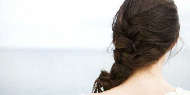 Rueckansicht von bruenetter Frau am Meer