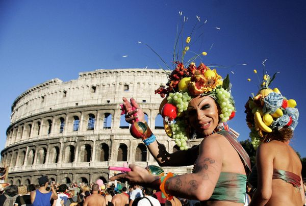 Rome, ITALY:  Demonstrators pass the Colosseum during the gay pride parade in Rome 09 July 2005.    AFP PHOTO / Filippo MONTE