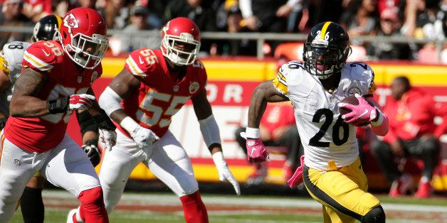 Pittsburgh Steelers running back Le'Veon Bell (26) runs away from Kansas City Chiefs linebacker Derrick Johnson (56) and line