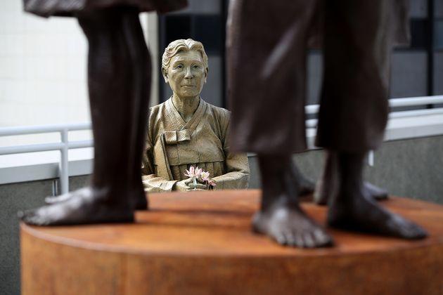 위안부 진실을 처음 증언했던 김학순 할머니가 서 있는 형상도 함께