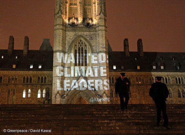 그린피스 활동가들이 캐나다 오타와 국회의사당에 '기후 리더십(Climate Leaders)'을 요구하는 메시지를 투사하고