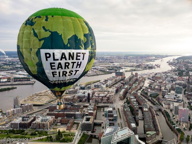 그린피스 활동가들이 지난해 G20 정상 회의가 열린 독일 함부르크 상공에서 '지구를 먼저 생각하라'는 메시지를 띄우고