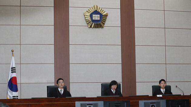 이명박 전 대통령의 1심 선고 공판이 5일 오후 서울 서초동 서울중앙지법 417호 대법정에서 열리고
