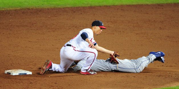 ATLANTA, GA - OCTOBER 04: Andrelton Simmons #19 of the Atlanta Braves tags out Dee Gordon #9 of the Los Angeles Dodgers as he