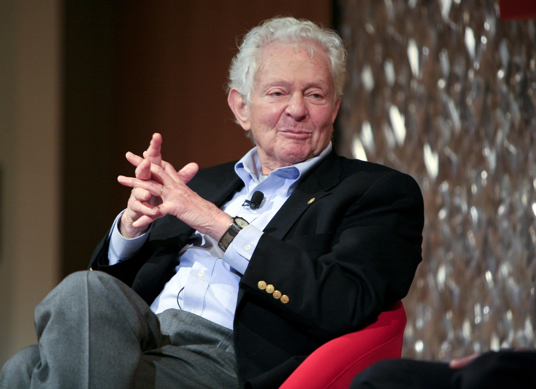 노벨상 메달을 8억에 팔았던 물리학 수상자가 세상을