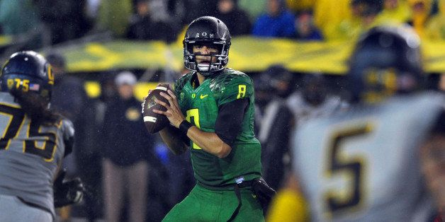 EUGENE, OR. - SEPTEMBER 28: Quarterback Marcus Mariota #8 of the Oregon Ducks sets to pass the ball during the second quarter