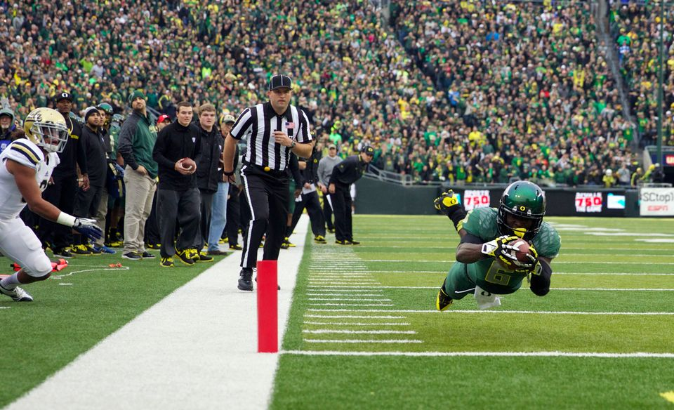 Oregon running back De'Anthony Thomas (6) dives for the end zone against UCLA during an NCAA college football game, Saturday,
