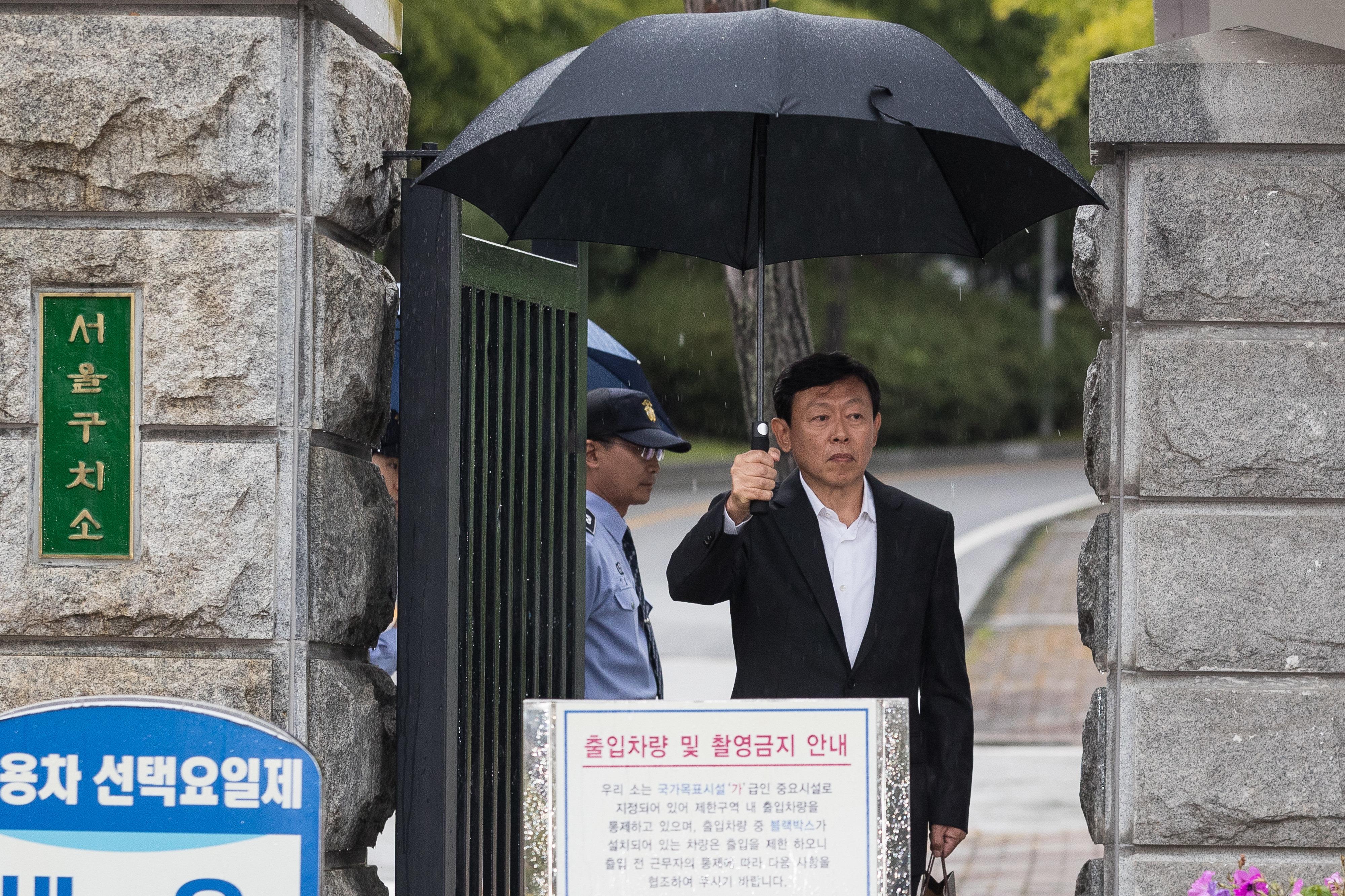 2심에서 풀려난 신동빈 롯데 회장이 우산 쓰고 구치소 걸어나와 한