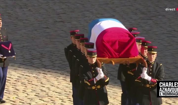 Le cercueil d'Aznavour s'est retiré des Invalides au son de