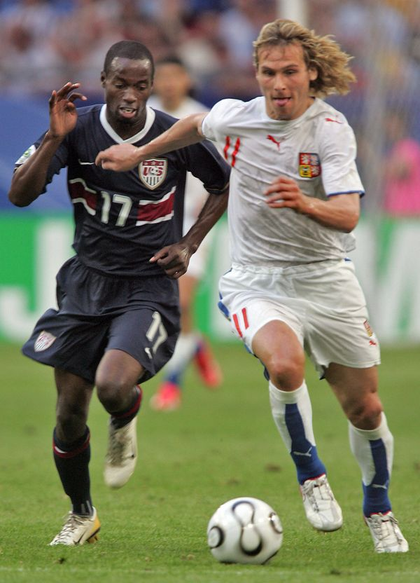Gelsenkirchen, GERMANY:  Czech midfielder Pavel Nedved (R) vies with US midfielder DaMarcus Beasley during the World Cup 2006