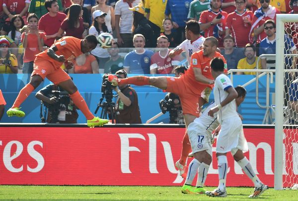 Netherlands' midfielder Leroy Fer (L) scores during a Group B football match between Netherlands and Chile at the Corinthians