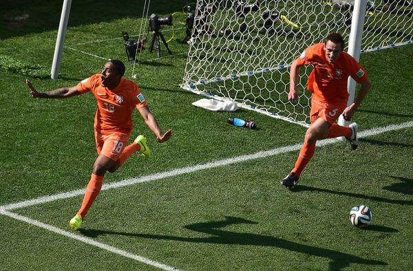Netherlands' midfielder Leroy Fer (L) celebrates with Netherlands' defender Stefan de Vrij after scoring during a Group B foo