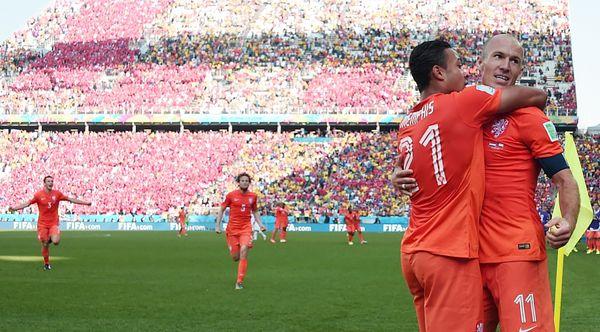 Netherlands' forward Memphis Depay (L) celebrates scoring with Netherlands' forward Arjen Robben during the Group B football
