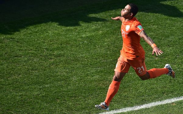 Netherlands' forward Memphis Depay celebrates after scoring during a Group B football match between Netherlands and Chile at