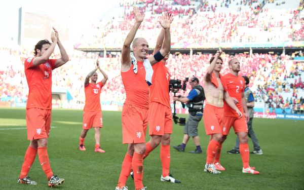 Netherlands' forward Arjen Robben (C) and his teammates celebrate after the Group B football match between Netherlands and Ch