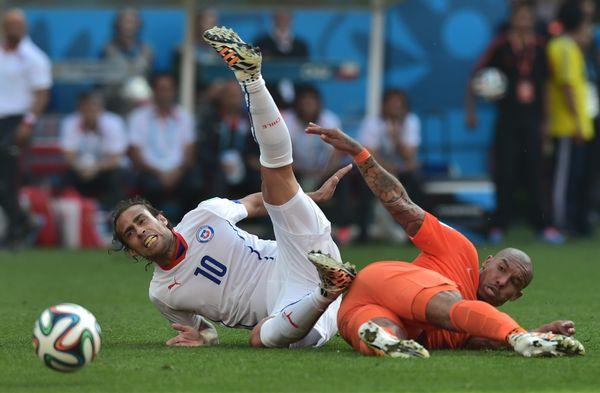 Chile's forward Jorge Valdivia (L) vies with Netherlands' midfielder Nigel de Jong during a Group B football match between Ne