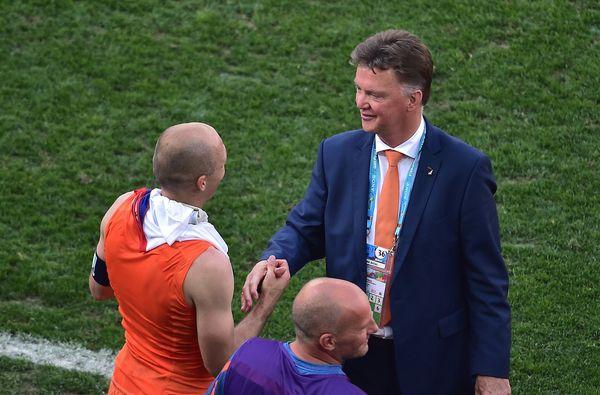 Netherlands' coach Louis van Gaal (R) congratulates Netherlands' forward Arjen Robben at the end of a Group B football match