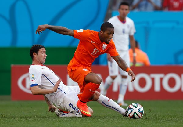 SAO PAULO, BRAZIL - JUNE 23:  Eugenio Mena of Chile tackles Jeremain Lens of the Netherlands during the 2014 FIFA World Cup B