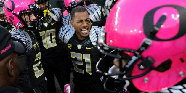 EUGENE, OR - OCTOBER 19: Cornerback Avery Patterson #21 of the Oregon Ducks gets his team fired up before the game against th