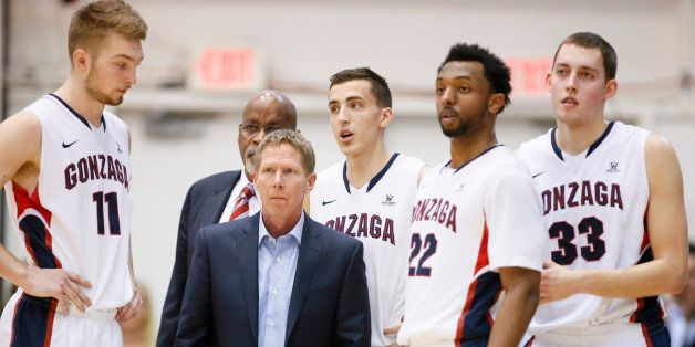 Gonzaga head coach Mark Few, second left, stands with team members, from left to right, Domantas Sabonis, Kyle Dranginis, Byr
