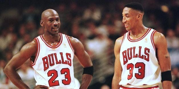 CHICAGO, UNITED STATES:  Michael Jordan (L) and Scottie Pippen (R) of the Chicago Bulls talk during the final minutes of thei