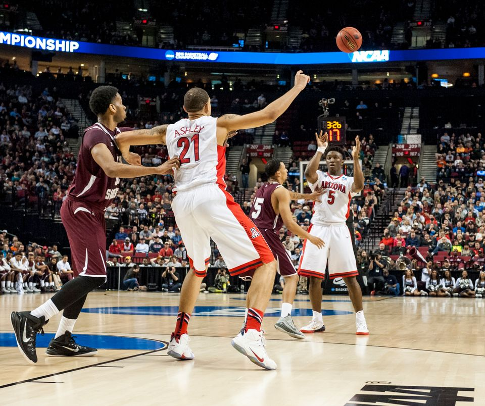 PORTLAND, OR - MARCH 19:  Stanley Johnson #5 of the Arizona Wildcats passes the ball to Brandon Ashley #21 of the Arizona Wil