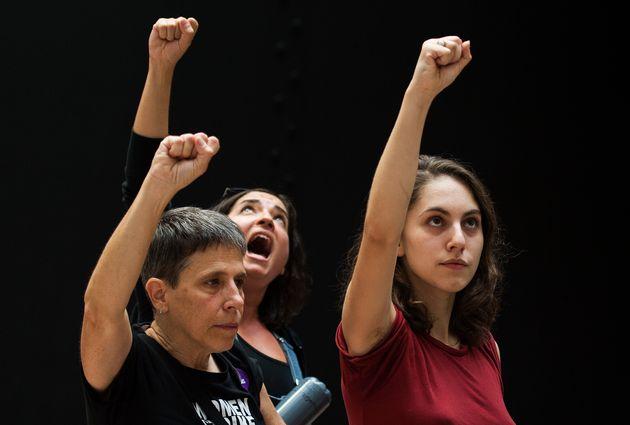 Manifestantes detidas fazem gesto de protesto no prédio do Senado durante manifestação contra a indicação...