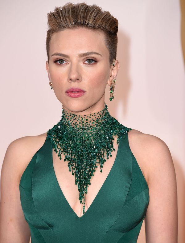 ScarJo's dangling green statement necklace was arguably the best part of her figure-hugging gown. We love that she kept her h