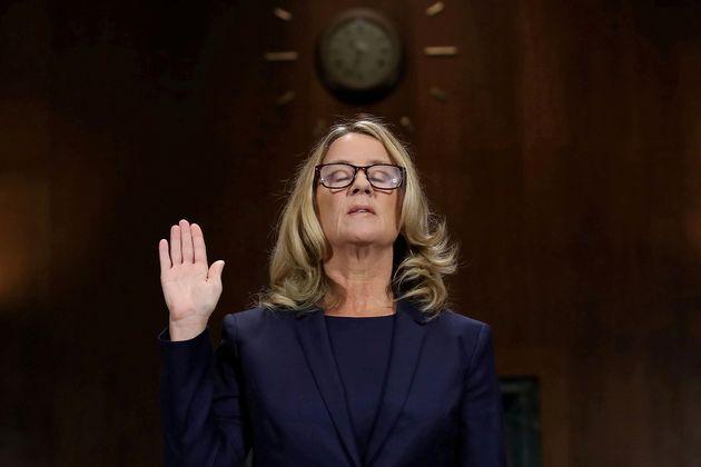 A Dra. Christine Blasey Ford presta juramento de dizer a verdade antes de depor diante do Comitê do Senado...