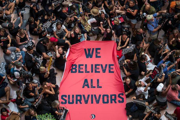 Manifestantes protestam contra Kavanaugh no átrio do edifício do Senado, no Capitólio, 4 de