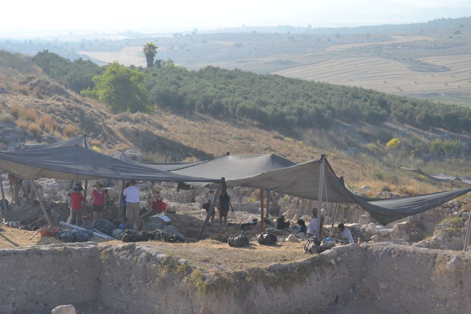 """Excavations in progress this summer, on the site, looking SW, Judean hill on the horizon. (Sam Wolff, <a href=""""http://www.tel"""