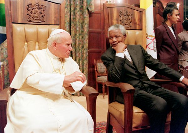 Pope John Paul II and South African President Nelson Mandela talk 16 September 1995 at the Presidential guest house in Pretor
