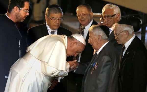 Pope Francis (C-L) shakes the hand of holocaust survivor Eliezer Grynfeld (C-R) during his visit to the Yad Vashem Holocaust