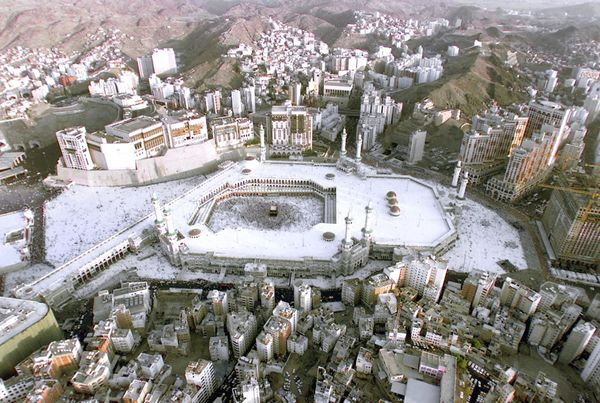 <strong> Aerial view of the holy Kaaba in the holy city of Mecca March 17, 2000.</strong>