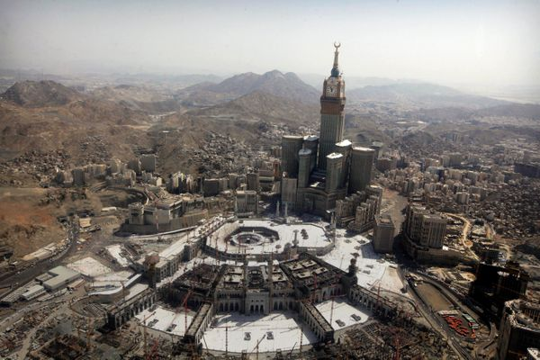<strong>The tallest clock tower in the world with the world's largest clock face at the Abraj Al-Bait Towers overlooks the Gr